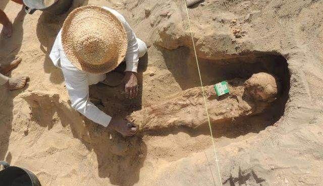 cementerio-millon-de-momias, Revocan la licencia de los arqueólogos que excavaban el cementerio del «millón de momias»  dic 25, 2014 @ 07:21 am › El equipo de arqueólogos de la Universidad de Brigham Young (EE.UU.) vieron revocadas sus licencias y permisos de excavación luego que el Ministerio de Antigüedades Egipcio se enterara que habían dado a conocer a la prensa el descubrimiento de «un millón de momias». ¿Se trata de un simple malentendido o de una grave censura?  La semana…