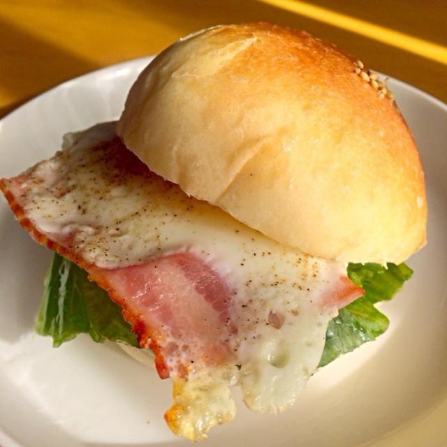 お昼用にバーガーパン 焼きました♡♡ - 57件のもぐもぐ - ベーコンエッグバーガー by cocoboomama