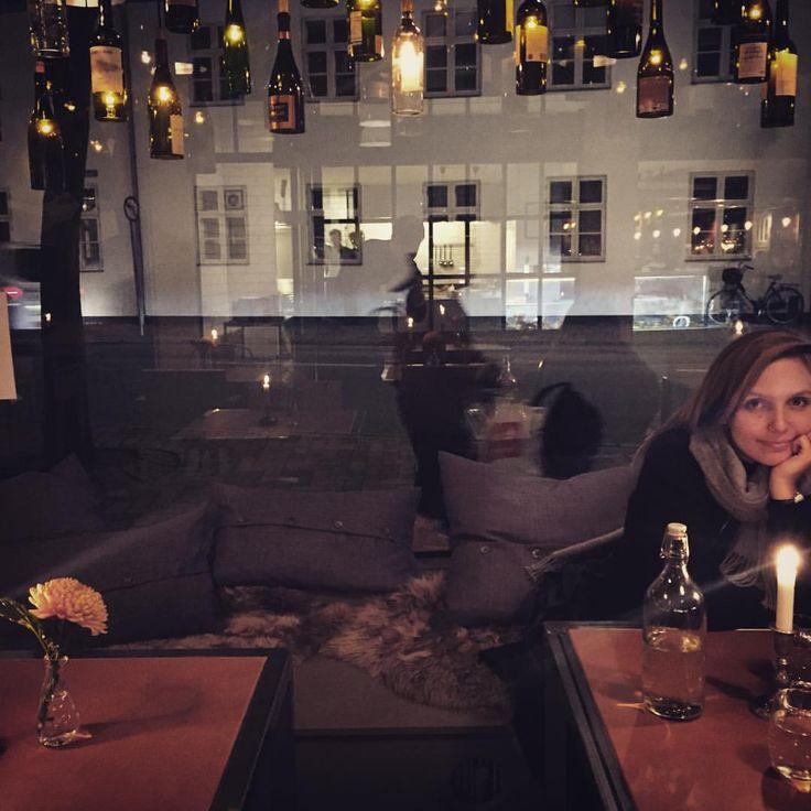 Carolines er blevet til Gastroteket, et restaurant-delikatesseri med social kant, som vi kan lide det. Og som en sjældenhed i Odensesammenhænge er indretningen helt gennemtænkt. Det er nordisk-fynsk-fransk, det er rustikt og det er varmt. Man kan slet ikke forstå at det her er MobyDiscs gamle lokaler. Og maden... Maden..! Nørregade er blevet en destination. Man bliver så glad på Odenses vegne! #mitodense #thisisodense #gastroteket #carolineogrødderne