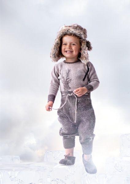 Herlig myk heldress med hjortemotiv foran og hjortetråkk bak, rund hals, treknapper og nordisk mønster. Str 62 - 104  80 % lammeull og 20% polyamide, certifisert garn fra Italia med woolmark ce og økotex ce.  Vaskes i maskin på ullprogram/ullvugge og 30 gr