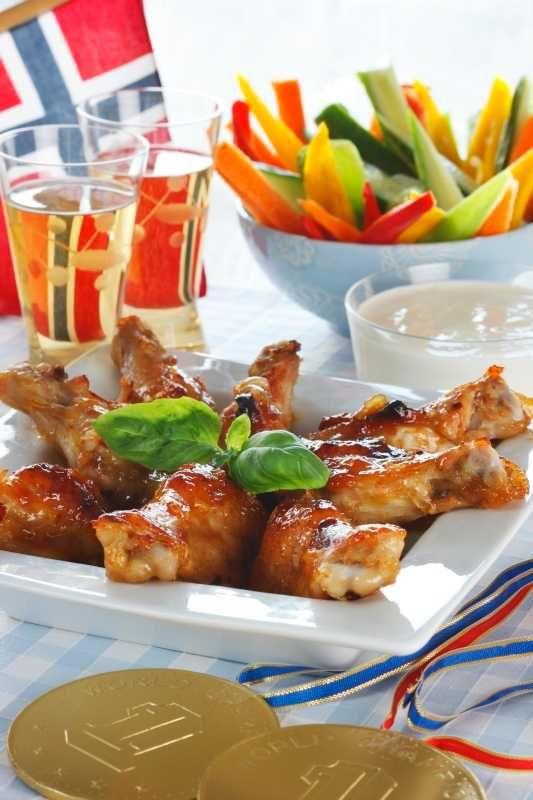 Saftig snaddermat er til for å deles med venner og familie. Her får du oppskrift på deilige klissete og utrolig smakfulle kyllingklubber. Husk å b...