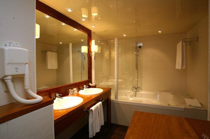 Baño con bañera hidromasaje en nuestras habitaciones superiores con terraza. http://www.ghbarbastro.com/es/habitaciones