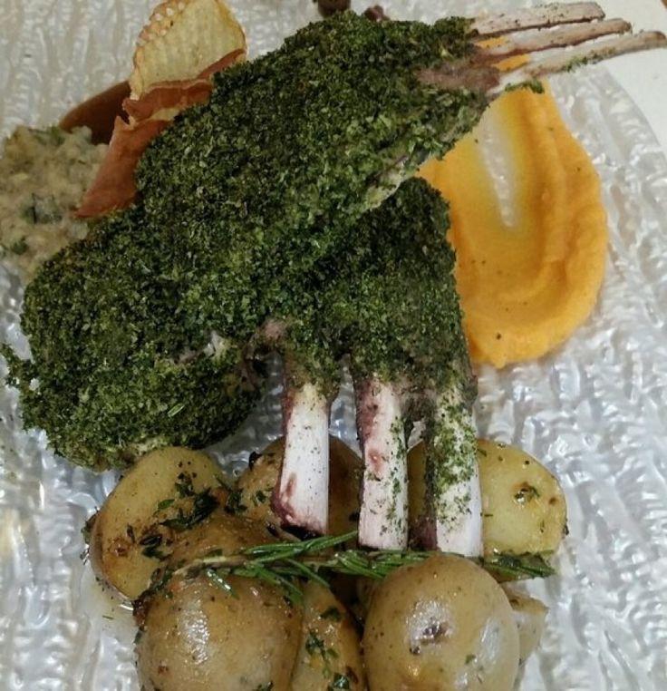 Καρέ αρνιού σε κρούστα μυρωδικών με σάλτσα ελιάς και πατάτες νέας γης - Χρήστος Τζιέρας
