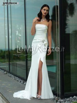 http://www.lemienozze.it/gallerie/foto-abiti-da-sposa/img25034.html  Abito lungo con spacco laterale