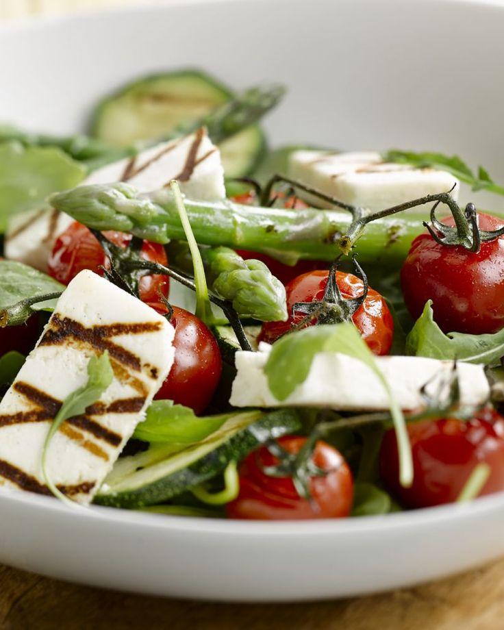Manouri is een Griekse kaas die je kan grillen, net zoals halloumi. Heerlijk in deze salade met gegrilde asperges en courgettes.