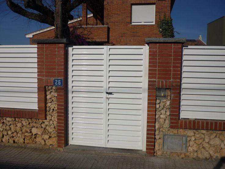 1000 images about puertas batientes y correderas on for Modelos de puertas metalicas modernas para exteriores