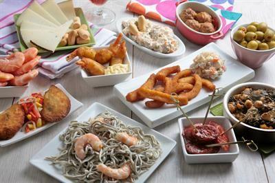 Tapas er enkelt, smakfullt og veldig typisk spansk. Her er ti retter du kan lage selv, enten på ferie eller for å minnes din siste Spania-tur.