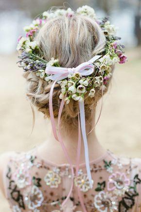 Frühlings coupleshooting  updo Brautfrisur mit Blumenkranz im Haar