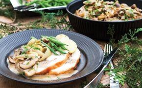 Farseret kalkun og svamperagout  Farseret kalkun som vi især kender den fra USA. Farsen giver god smag og modvirker at kalkunen bliver tør. Server med svamperagout, kartofler og grønt.