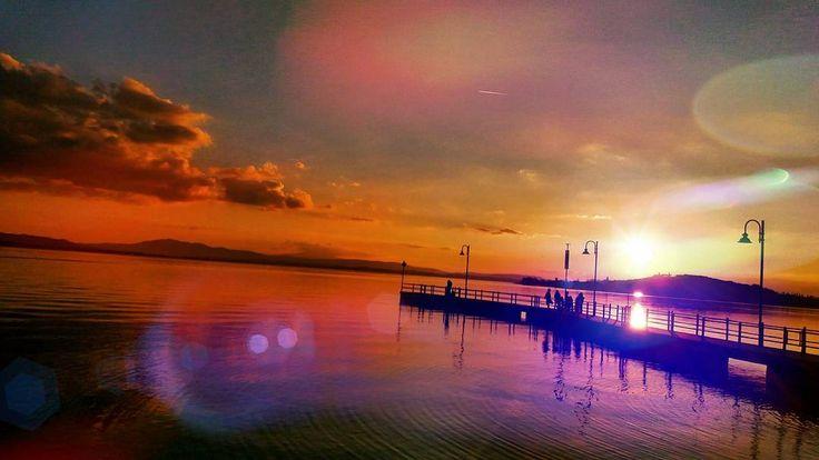 Macigni senza spalle da giganti #sunset #trasimenolake #trasimeno #sanfeliciano #lagotrasimeno by il_masso_