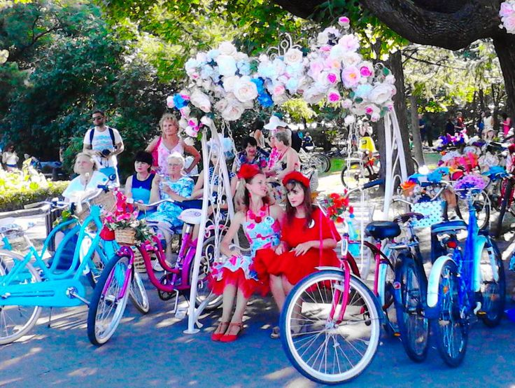 """Какая красота творилась в парке Сокольники! Велопарад """"Леди на велосипеде""""! Несколько сотен потрясающе красивых девушек, невероятных платьев, разноцветных велосипедов с корзинками, букетов, и даже пятнистая такса в корзинке среди цветов!  И знаете о чем это? """"Устраивай мир вокруг себя до тех пор, пока он не будет устраивать тебя!"""" Это не было постановкой или спектаклем, а просто множество креативных и настойчивых девушек придумывали наряды, шили по ночам шляпки и платья, наряжали велосипеды…"""