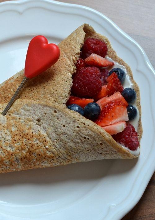 Søt og sunn wrap med bær og yoghurt (Bakekona)