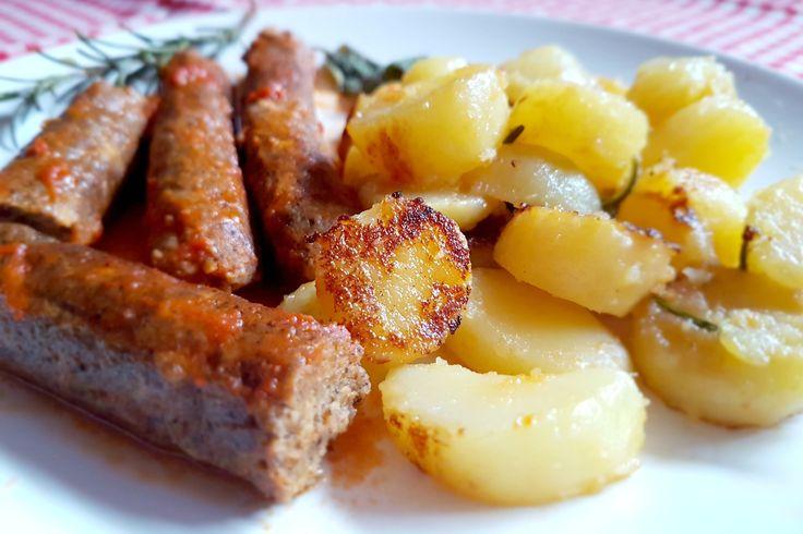 Le salsicce di lenticchie con patate al vino bianco sono un secondo piatto ideale per chi non consuma la carne e cerca alternative saporite e facili da preparare. Ecco la ricetta