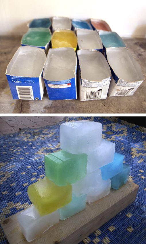 Bloques de hielo  Partimos los envases por la mitad y los llenamos con agua. A veces teñimos el agua con colorante alimentario. Después los metemos en el congelador y cuando hace mucho calor construimos torres con estos bloques de hielo.