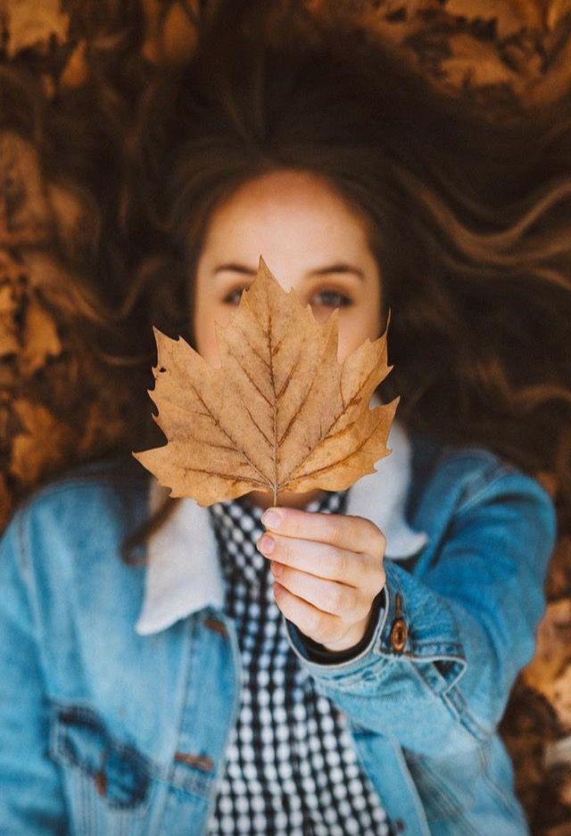 FOTO: Necesitamos varias hojas secas, una chaqueta vaquera y una camiseta de cuadros vichi.