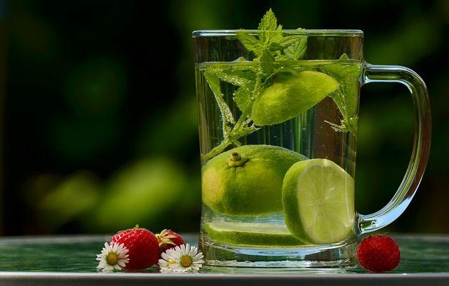 A citromfű az egyik legértékesebb gyógynövényünk, jótékony hatásait kicsik és nagyok is bátran élvezhetik. Íme, 4 ok, amiért érdemes otthon tartani belőle. A mentához hasonlóan a citromfű is az ajakosvirágúak családjába tartozik, viszont vadon nem nő,