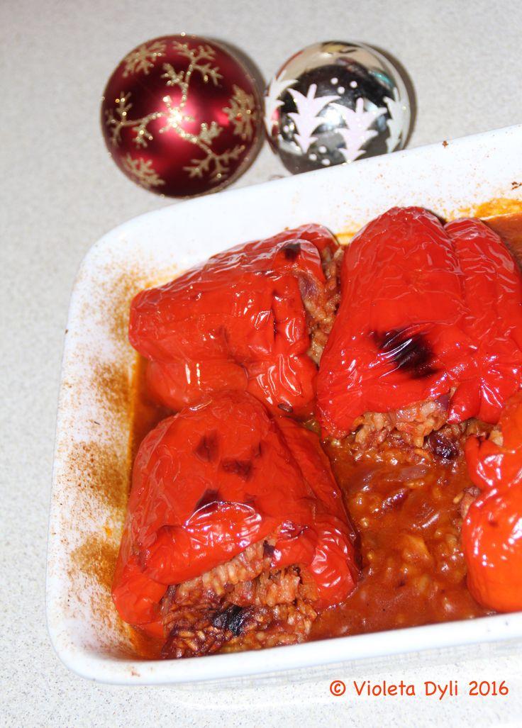 Peperoni rossi ripieni di riso al forno.