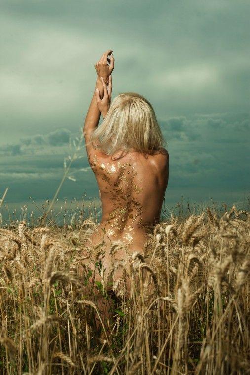 La #tattoomania partita dagli USA dilaga anche in Italia... e gambe, braccia e scollature s'impreziosiscono d'oro. A metà strada tra il #gioiello e il #tatuaggio, i gold tattoo sono il must delle #vacanze #silhouettedonna http://www.silhouettedonna.it/make-up/tendenze-make-up/gold-tattoo-e-i-trasferelli-diventano-glam-18328/