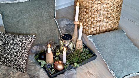 """God Jul! Für ein """"Frohes Fest"""" im Stil der Skandinavier ist viel Holz genauso ein Muss wie kuscheliges Fell und Strickteppiche, die für Gemütlichkeit sorgen. So wirkt auch die moderne Farbkombi aus verschiedenen Grautönen, Schwarz und Salbeigrün cool aber nicht kühl. Dekoriert wird ohne viele Schnörkel mit natürlichen Zweigen und Kerzen, ein paar Kupferdetails veredeln den Look dezent. Entdecken Sie hier die passende Themenwelt in unserem Weihnachtsshop!"""