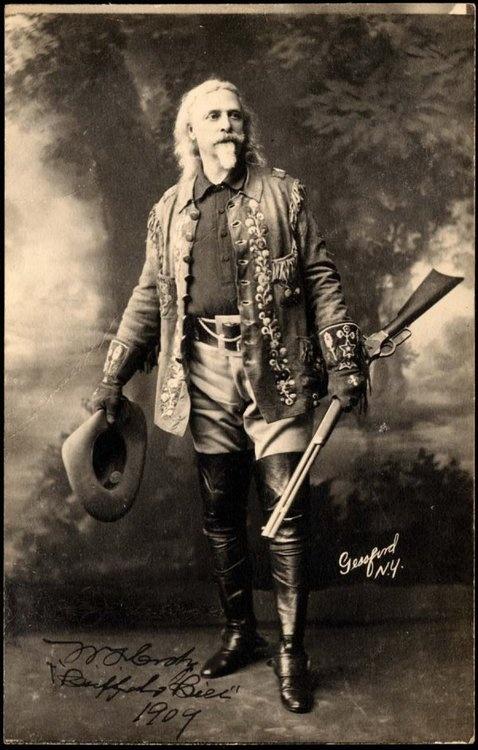 Buffalo Bill.- William Frederick Cody. Coronel del ejército norteamericano, explorador y hábil cazador de búfalos que sirvieron de alimento de los trabajadores del ferrocarril. Concretamente, de los obreros que se encargaban de la construcción del Kansas Pacific Railway. De hecho, en el tiempo de diez meses, esos hombres llegaron a ingerir más de 4.000 búfalos gracias al avituallamiento de Will Cody, razón por la cual consiguió una medalla de Honor y se ganó el sobrenombre de Buffalo Bill.
