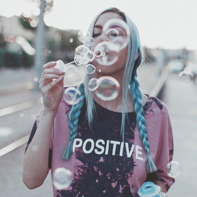 S t a y  p o s i t i v e  Estamos @paula.baena y yo trabajando a tope para un mega vídeo que tendréis en unas semanas  qué genial es invertir tiempo y esfuerzo en lo que te gusta  fotito de mi sexy @sr_zeta   #bluehair #bubbles