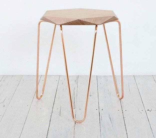 Le coup de ❤ Design ❘ les beaux tabourets Tuckbox, pieds cuivrés, assise bois taille diamant.