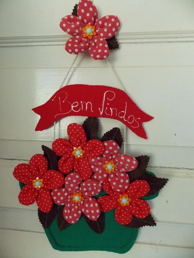 enfeite de porta com flores de fuxico