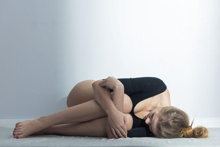 Mulher deitada com dor