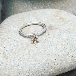 Nätt liten ring till visningslådan i butiken #vigselring #förlovningsring #ekobröllop #bröllopsplanering #etiskaädelstenar #ekoguld #ekoguldsmed #fairtrade #öland