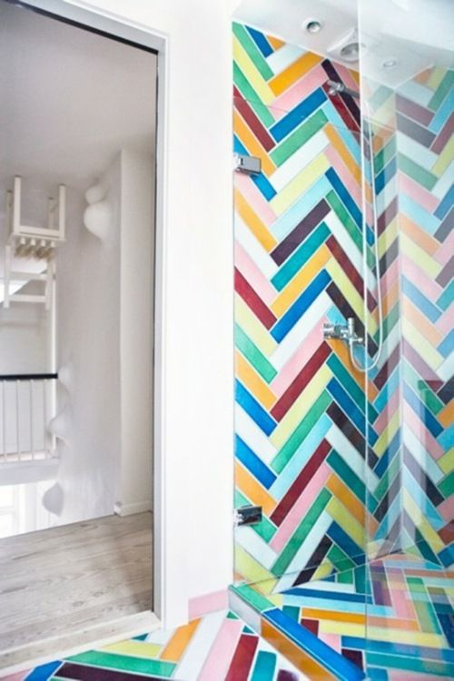 salle de bain avec du carrelage multicolore