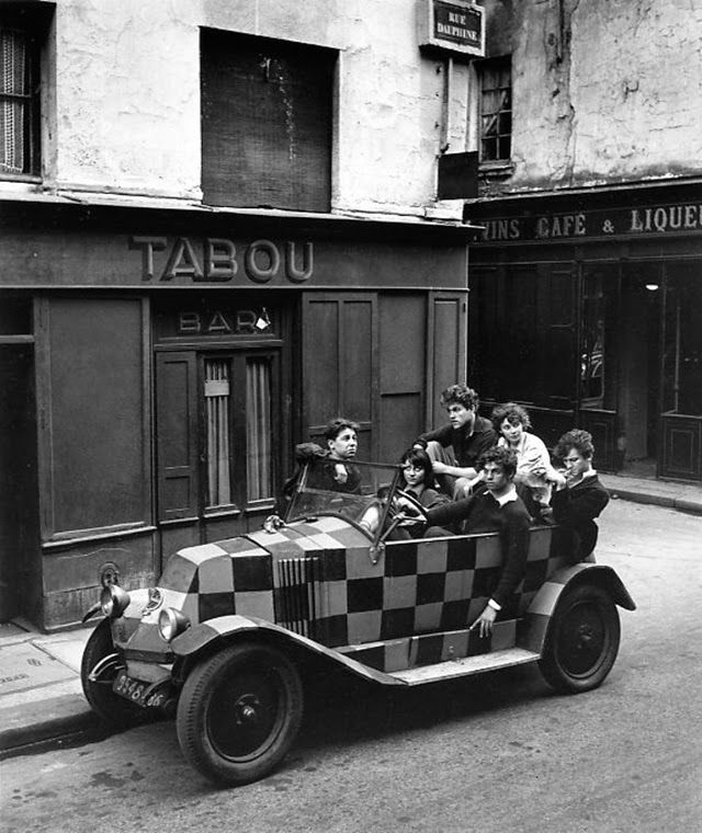 vintage everyday: 30 Amazing B&W Photos of Street Scenes of Paris by Robert Doisneau, c.1940s-50s