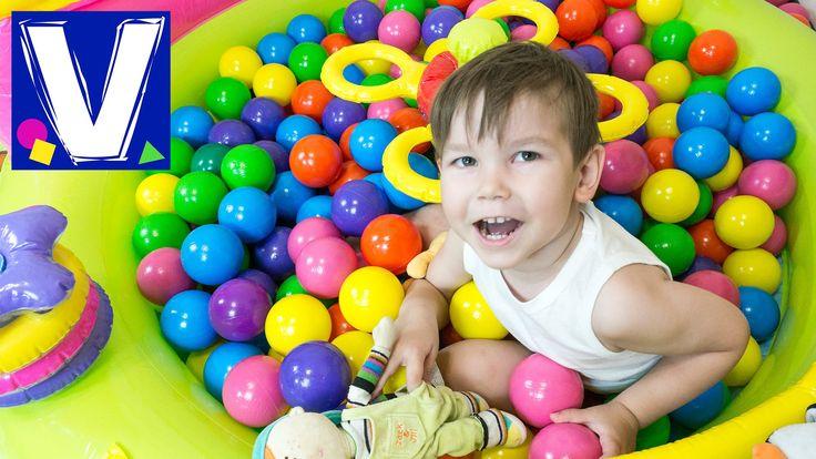 Разноцветные шарики любят все дети. В любом развлекательном центре бассейн с шариками притягивает их внимание. Мы решили поиграть с шариками дома. Влад весел...