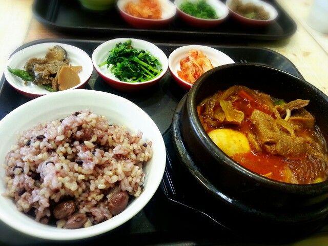 Korean style vegi menu at Lovinghut in Seoul.