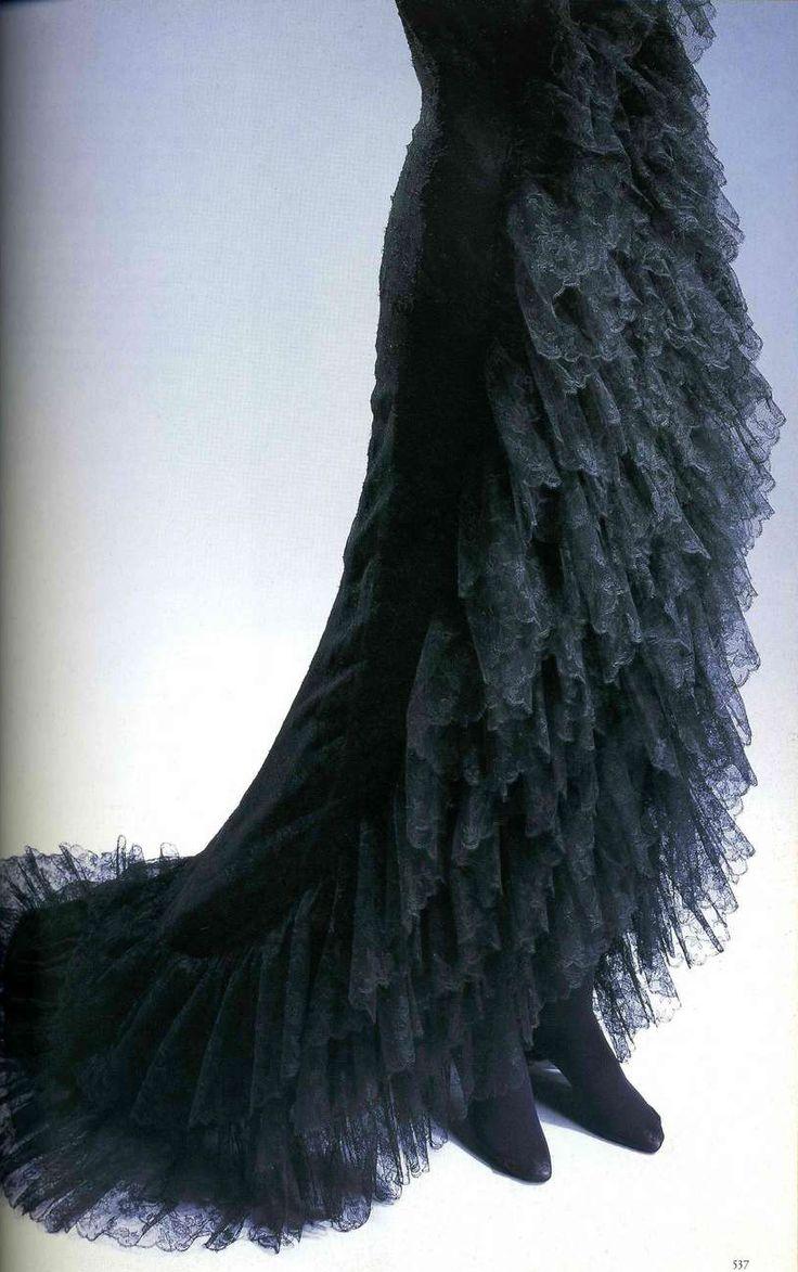 Вечернее платье. Кристобаль Баленсиага, 1961. Черный шелк с несколькими слоями кружева с узором в виде роз, оборки из кружева от линии ворота до низа платья, переходящего в трен.