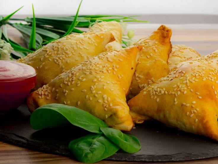 Plăcințele cu umplutură din carne de pui – rapid, simplu și foarte gustos.