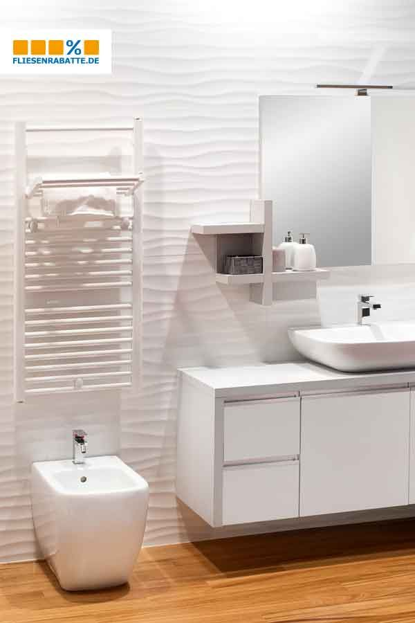 Dekorfliesen An Der Wand Holzoptik Auf Dem Boden In 2020 Badezimmerboden Badezimmer Boden Bad Einrichten