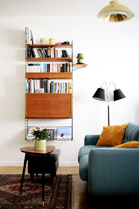 Un petit meuble de rangement suspendu dans le salon