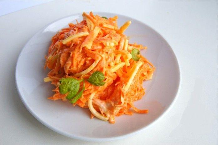 витаминный салат с морковью, заправленный оливковым маслом или сметаной.