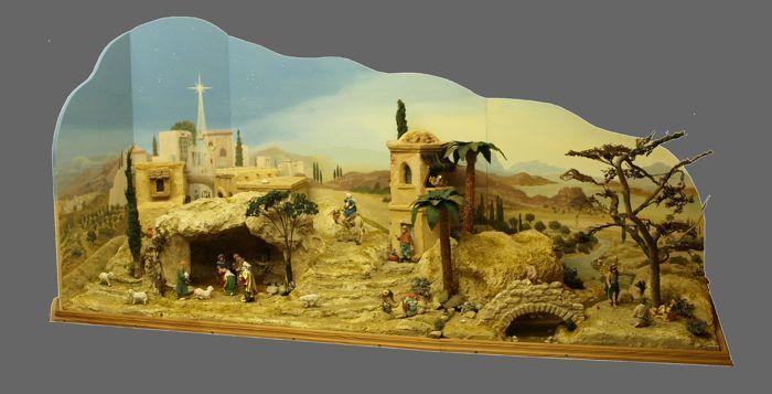 Prachtige geboorte cijfers met opvallende display van de bijbelse scène.  Ik verkoop mijn waardevolle grote wiegmet prachtige handgeschilderde achtergrond & figuur samenstellingHoogte: 85 cmLengte: 164 cmBreedte: 62 cmGrootte van de cijfers: 9-10 cmIn nieuwstaat.5 bijbelse taferelen:1 aankondiging van Mary2 Zoek een herberg3 geboorte van Christus4. 3. Heilige koningen uit het oosten5 vlucht naar EgypteDe wieg is artistiek ontworpen door mij & gebouwd met achtergrond en de opname van de…
