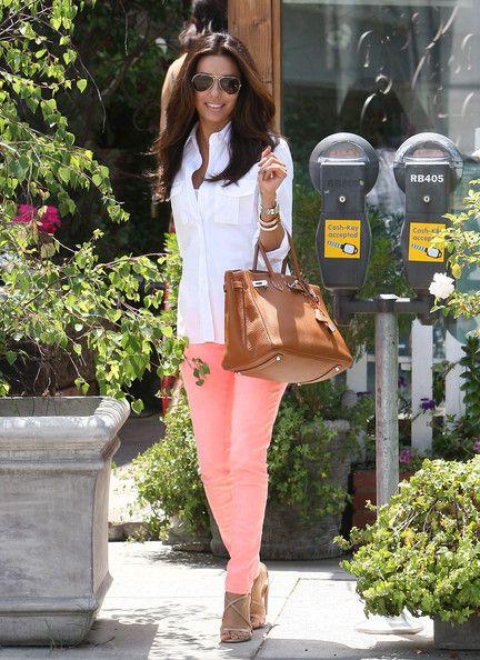 Eva: Colors Pants, Coral Pants, Colors Jeans, Evalongoria, White Shirts, Pink Pants, Outfit, Eva Longoria, Skinny Pants