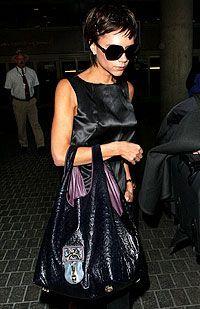 Victoria Beckham s velkou kabelkou.