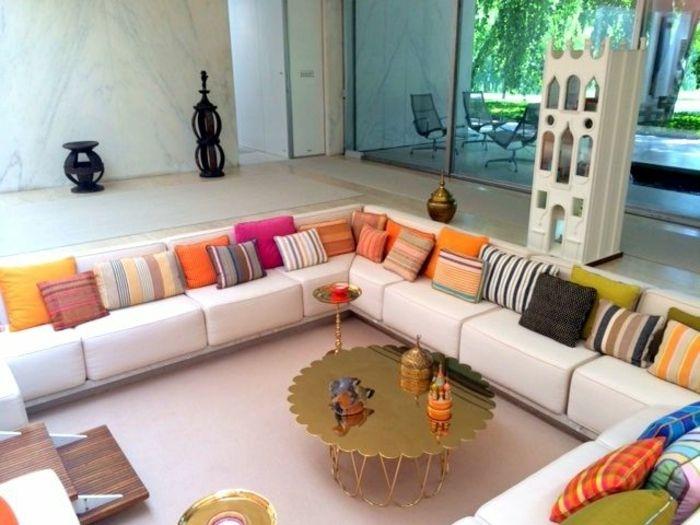 Moderne Wohnzimmereinrichtung   Weiße Couch Mit Bunten Blumen,  Kissenbezügen Mit Streifen  Und Karomuster,