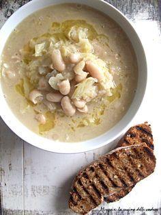 Sana, gustosa e completa la zuppa di cavolo cappuccio e cannellini è ideale da gustare nelle fredde serate invernali.