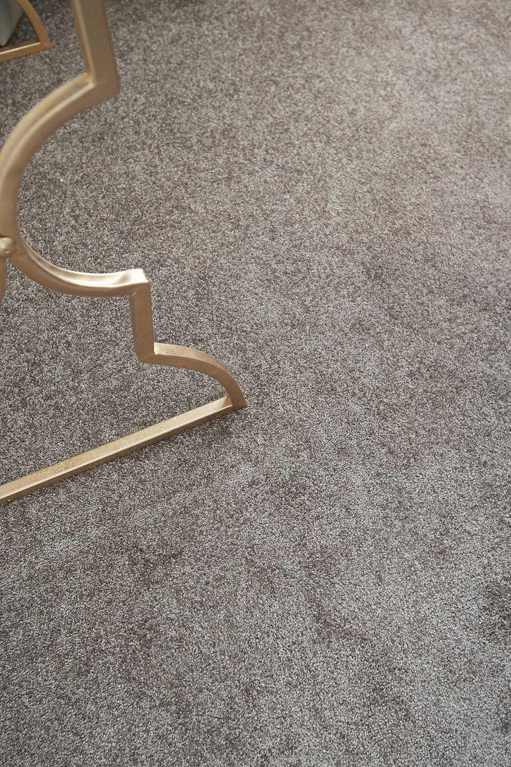 Het hoogpolig taupe tapijt 'Prescott' van Kwantum voelt zacht aan de voeten en geeft direct warmte in huis. Het tapijt is anti-statisch, geschikt voor vloerverwarming en voor de trap. Weinig of geen ervaring met het leggen van tapijt en wil je dat het deskundig gedaan wordt? Geen zorgen! Laat je vloer door Kwantum inmeten en leggen.