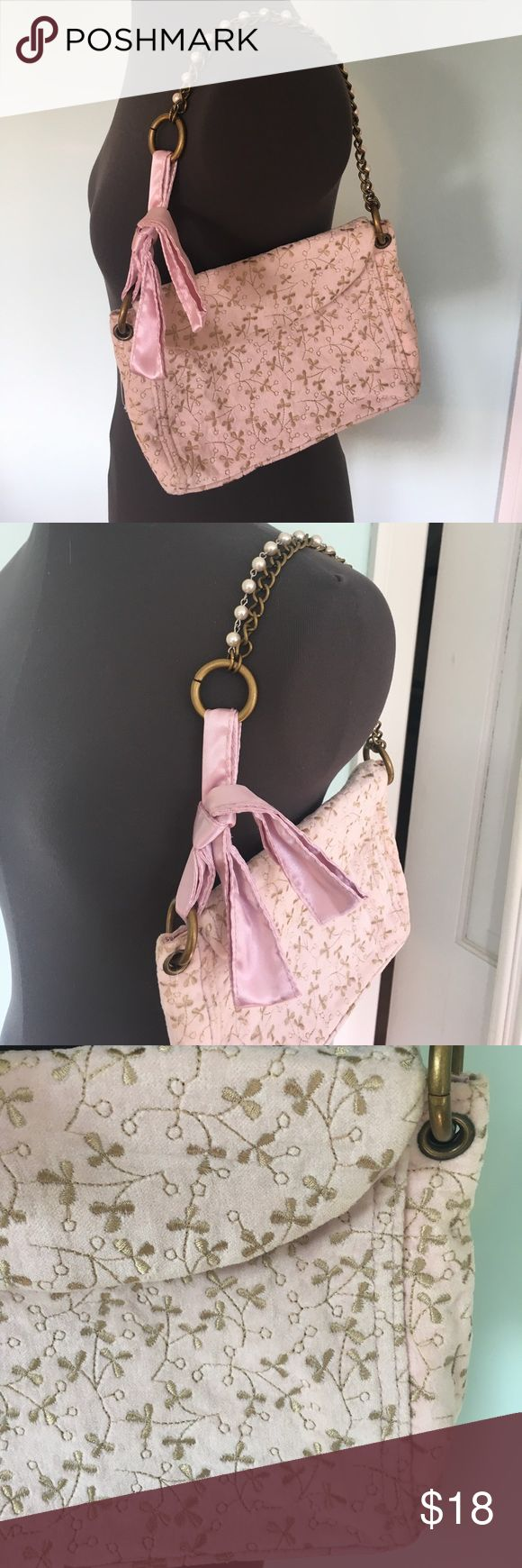 GAP purse Pretty floral printed purse to wear out to dinner or to an event! Bow detail with pearl and metal strap. GAP Bags