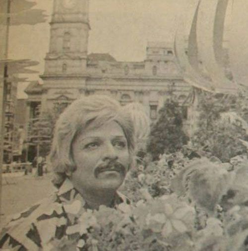 Avustralya'da rahatça dolaşabilmek için kılık değiştiren Zeki Müren. Yıl 1973