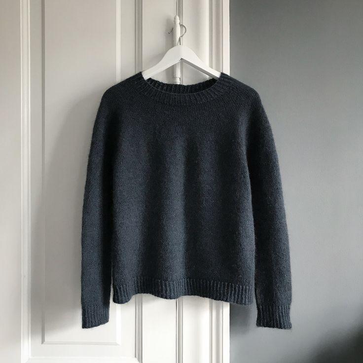 Blød og rummelig sweater med rundt bærestykke og fine kanter i drejet rib. Sweateren strikkes i et stykke og egner sig fint til både bukser og nederdel.______________________Størrelse:xs (s) m (l) xl (2xl) 3xl______________________Mål:Brystmål: 90 (94) 99 (103) 110 (122) 130 cm Længde fra ærmegab til bund: 40 (42) 44 (46) 40 (40) 40 cmÆrmelængde fra ærmegab til håndled: 46 (46) 46 (46) 46 (46) 46 cm______________________Materialer:Camilla vad lambswool (n...