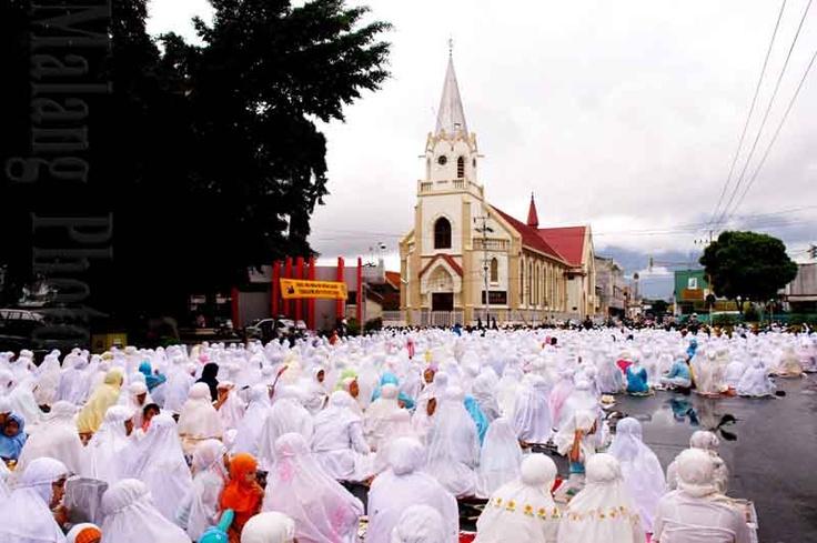 Moeslem Pray For Church ? @MalangNews, East Java, Indonesia