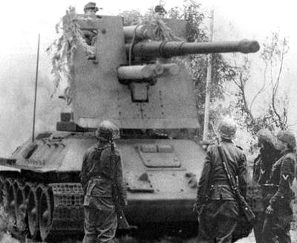 8,8 cm FlaK 36 auf Fahrgestell T-34 747(r).  Another rare shot, this time of a T-34 captured by the Germans and mounted with an 88 gun.