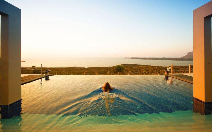 Tramonto in piscina da questa villa a Creta